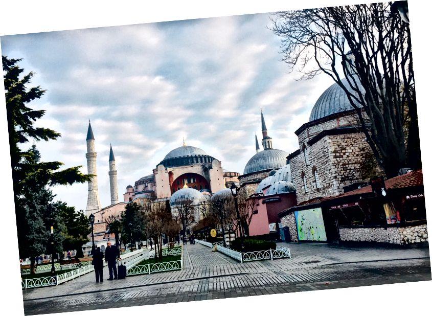 Solda: Sultanahmet Camii'nin Airbnb'mizin bulunduğu sokaktan görünümü. Sağ: Ayasofya