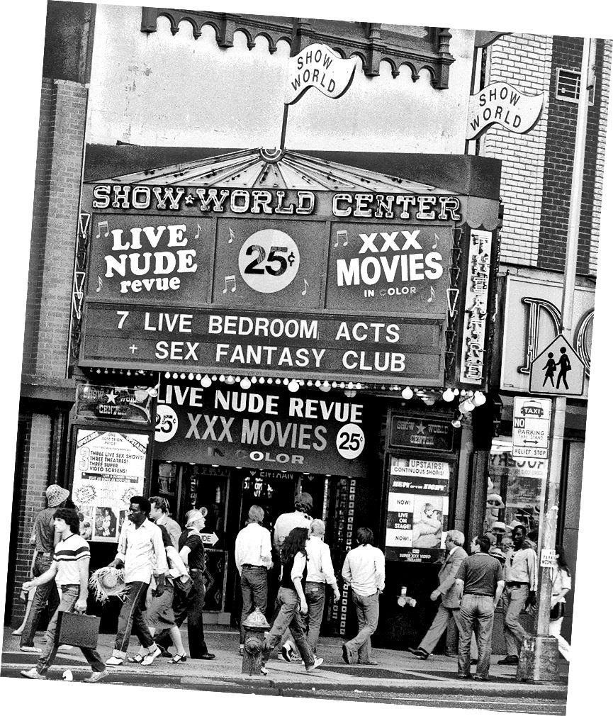 Show World Center tại 669 Eighth Avenue và 42th Street là trung tâm tình dục khét tiếng nhất của quận Times Square | © G. Paul Burnett / AP / REX / Shutterstock