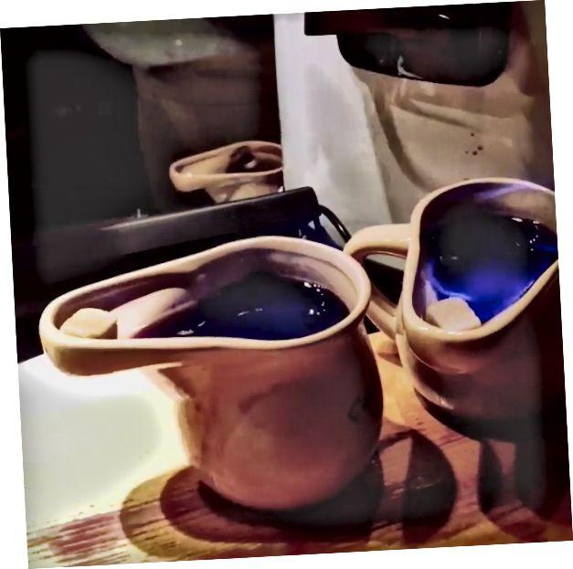 Feuerzangenbowle - rom batırılmış şeker somunu sıcak şarap üzerine ateşe verildi