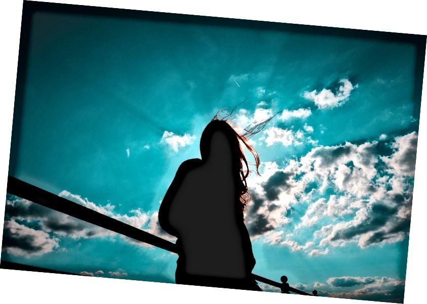 """Joshua Fuller tarafından """"bulutlu gökyüzü ile duran kadın silüeti"""" Unsplash üzerinde"""
