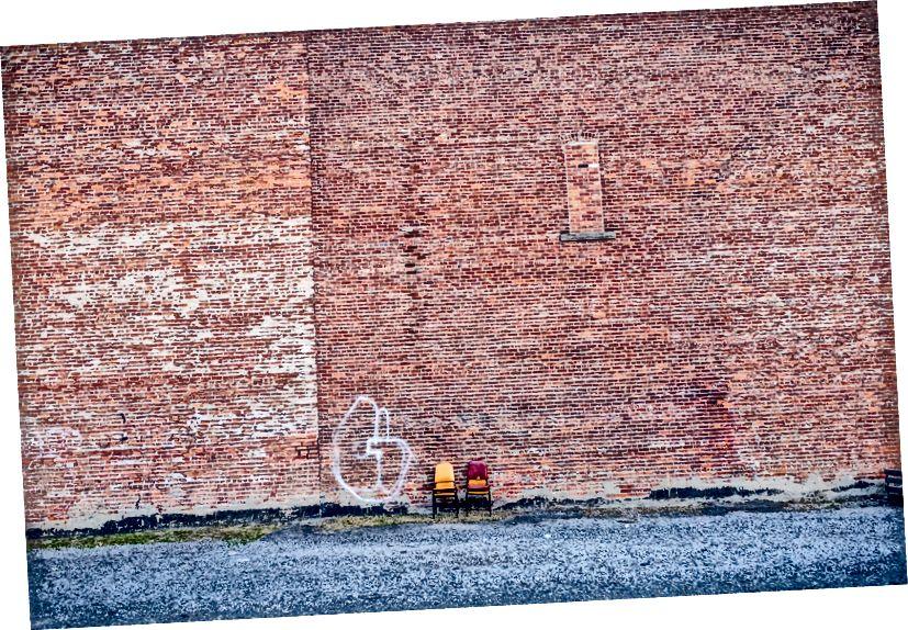 Стільці проти цегляної стіни, Східний ринок - Детройт, Мічиган
