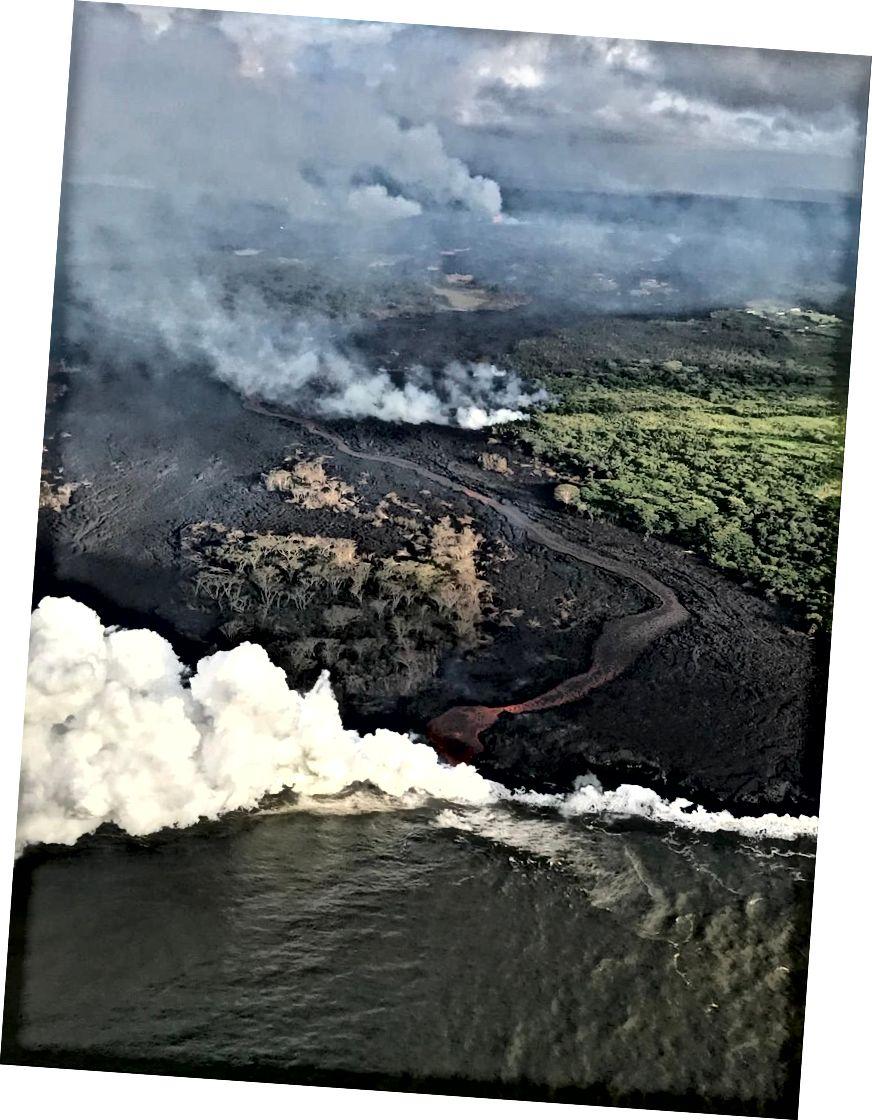 Вид з вертольота каналізованого потоку лави та активного входу в океан. Комплекс тріщин видно у верхньому центрі зображення. Це зображення є поточним станом на 23 травня 2018 року. (USGS-HVO)