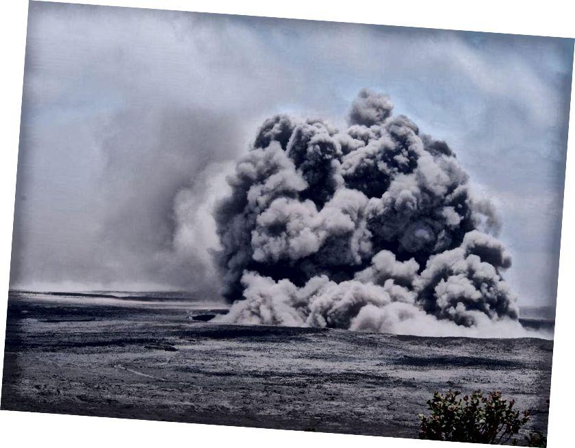 На сьогоднішній день на саміті Кілауеа відбувалися багаторазові вибухи, деякі з попелу піднімалися на 6000 до 7000 футів над рівнем моря. Вчені HVO, що ведуть вибухи на безпечній відстані, відзняли ці знімки. (USGS фото Д. Суонсона)