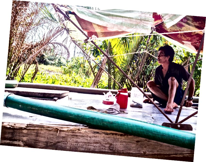 Mekong'dan daha fazlası. Saat yönünde: halk müziği ile turistleri eğlendirmek, hindistan cevizi sütü şekerleri yapmak, bir teknede rahatlamak için bir an ve yerel bir restoranda balık yemek.