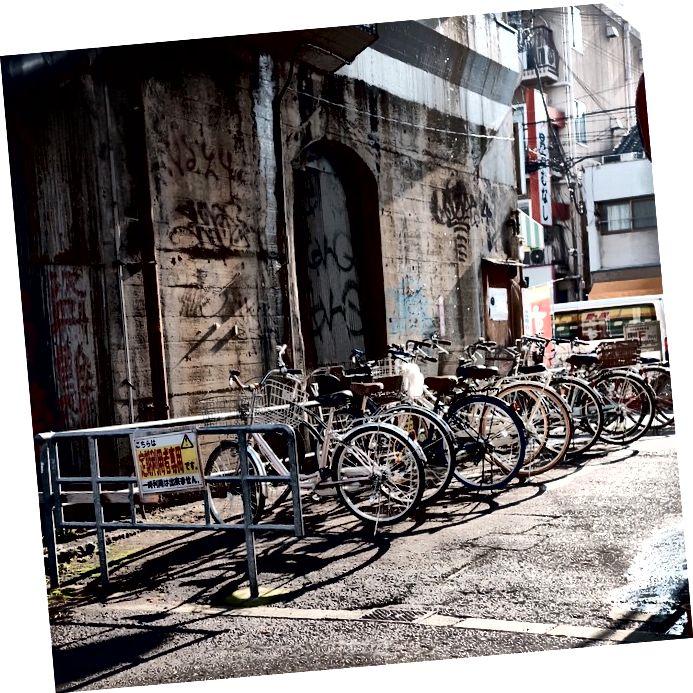 Ulice Osake v zgodnjih jutranjih urah…. Kot lahko vidite, obstaja kopica koles!