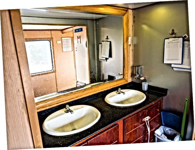 Trenlerin iç kısımlarında açık lavabolar var