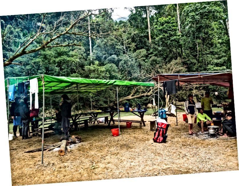 Nehirleri geçmek, mağaralarda yürümek ve yüzdükten sonra… kamp kampındayız