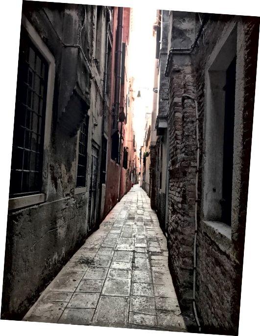 Một đường phố hay đường phố Calle ở Venice. Ảnh: Kinda Yung