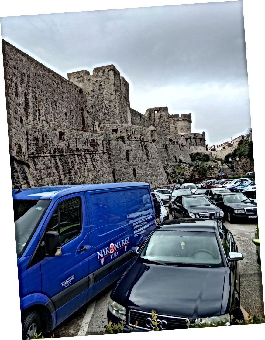 Tabii, sadece bu muhteşem duvarların bir resmim var ama o zaman bu araba kümesini göremezsiniz.