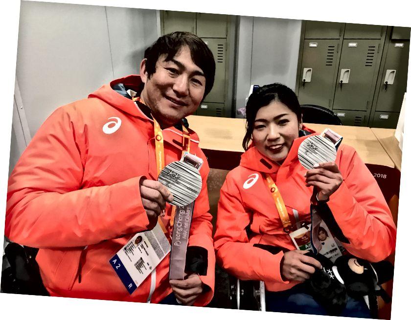 Japon Paralimpikçiler: Taiki Morii (l), Erkekler Yokuş Aşağı Oturma ve Gümüş Olimpiyat Oyunlarında beş madalya kazanan Momoka Muraoka (r) 'da gümüş madalya