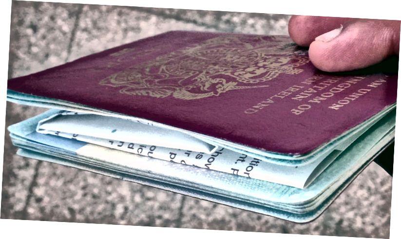 thị thực đã được gấp lại và ghim vào hộ chiếu của tôi