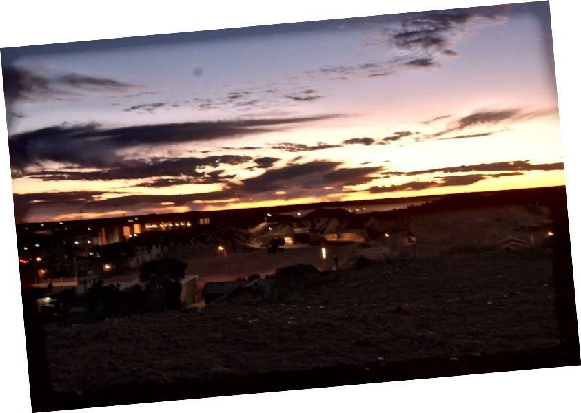 Coober Pedy kasabasında karanlık çökmeye başlar (fotoğraf kredisi: Sarah Healy)