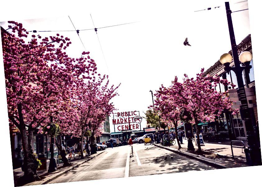 Pike Sokağı'ndan görülen Pike Place Pazarı