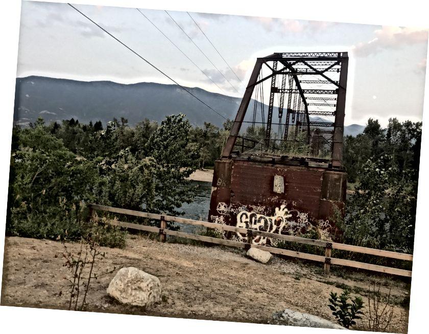 Ecco il ponte. Ingrandisci, ecco cosa dice.