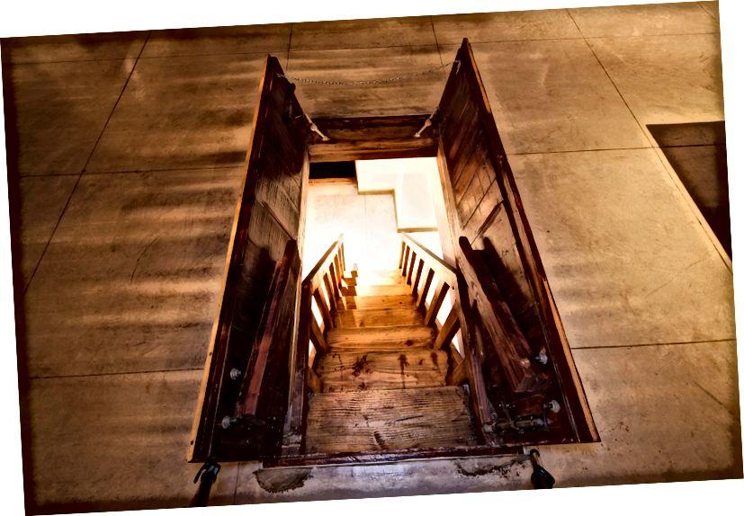 Cửa sập trong sảnh khách sạn, dẫn đến phòng thu âm dưới lòng đất để thăm các nhạc sĩ | © El Ganzo