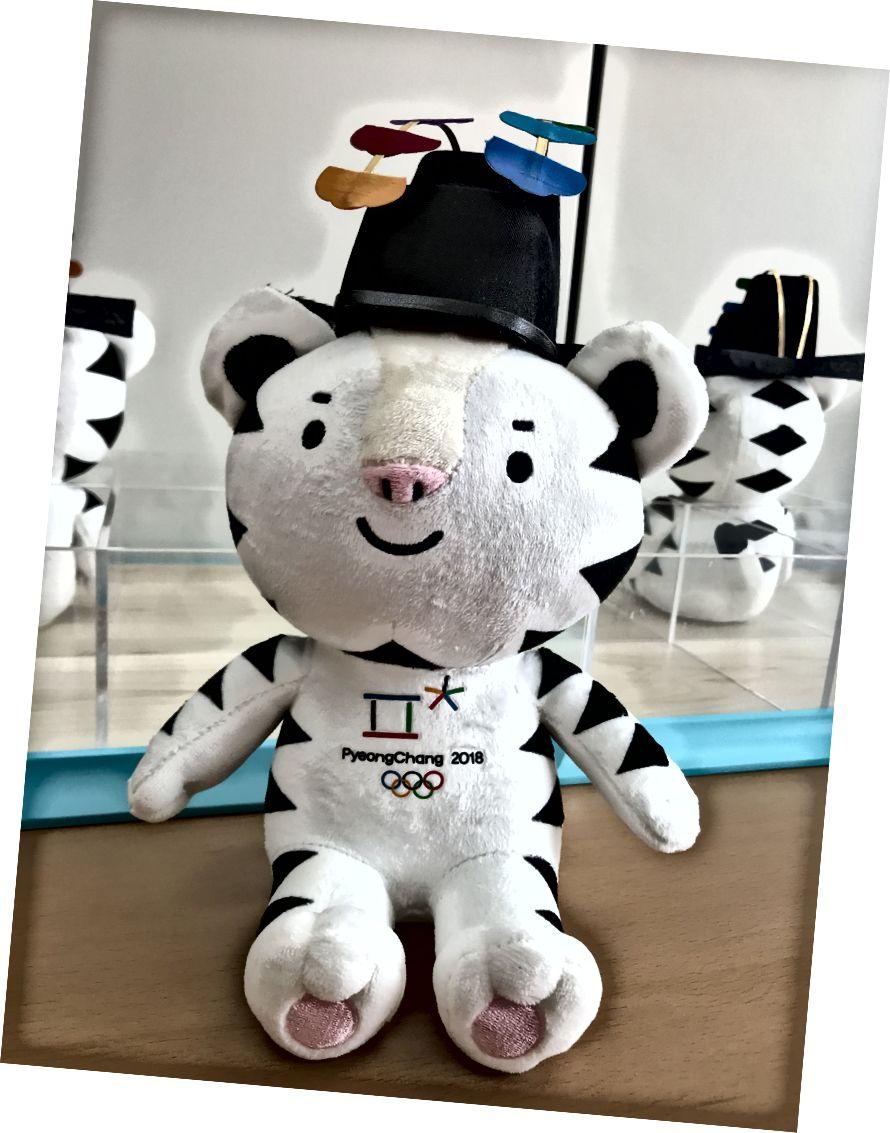 Etkinlik törenindeki ödül: Pyeongchang Olimpiyat maskotu Soohorang. Sporcular madalyalarını daha sonra Madalya Töreninde alırlar.