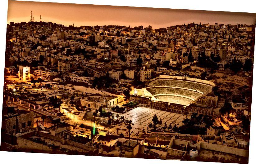 Một cái nhìn từ trên không của trung tâm thành phố Amman và Hashemite Plaza.