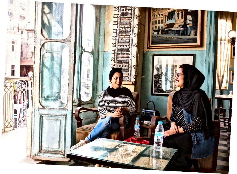 Hai người bạn bắt gặp tại Duke's Diwan, một quán cà phê địa phương ở thủ đô.