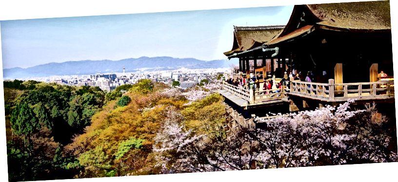 Templo Kiyomizu-dera en Kioto https://en.japantravel.com/kyoto/platform-of-kiyomizu-dera-temple/12789