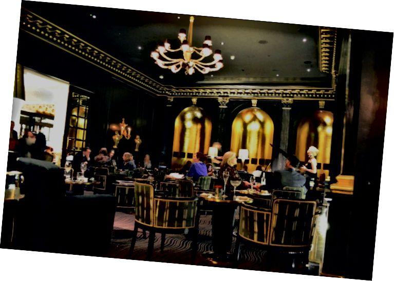 У бару Беауфорт на задњем делу хотелског предворја.