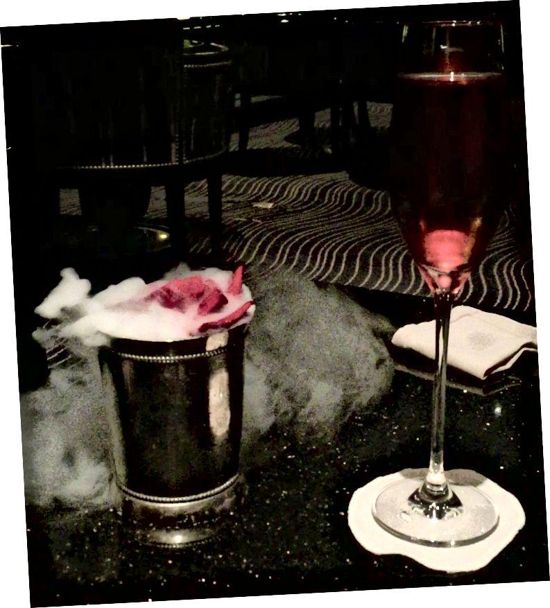 Der Champagnercocktail meiner Tante kam mit einer beschlagenen Rose. Sei nicht eifersüchtig.