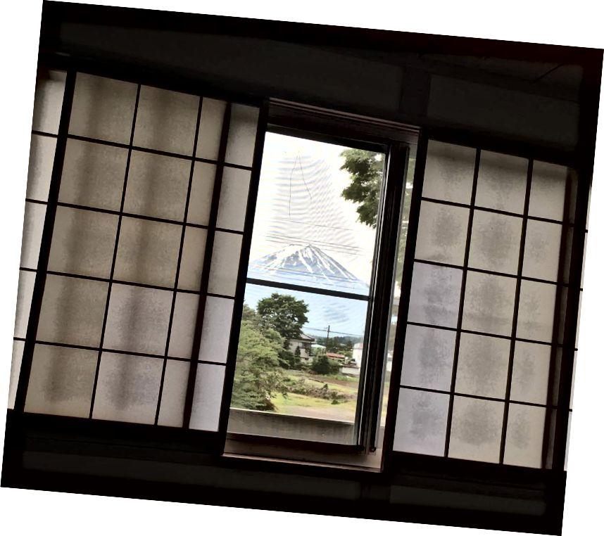 Vista matutina del Monte Fuji desde nuestro ryokan en el lago Kawaguchi