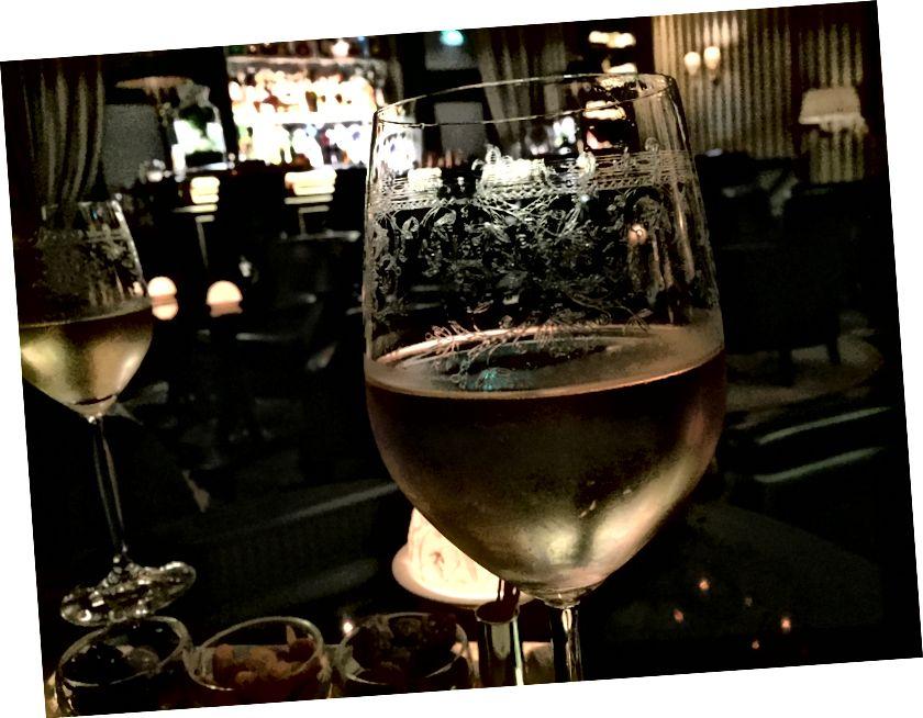1. Oliven auf der linken Seite (nur um sicherzugehen, dass Sie es bemerkt haben) 2. Ok, die Liebe zum Detail, sogar des Weinglases, meine ich, wunderschön.