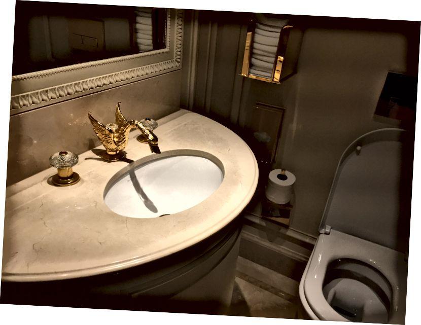 Hofgetränke. Oliven versteckt hinter dem Weinglas. Die Badezimmerdetails (so wichtig)