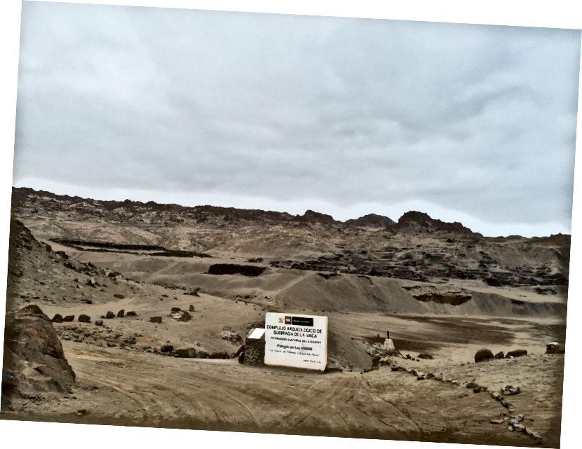 Рушевине у даљини; знак овде је ознака Министарства културе која нам говори да не краду или уништавамо културно наслеђе Перуа. Послушали смо се.