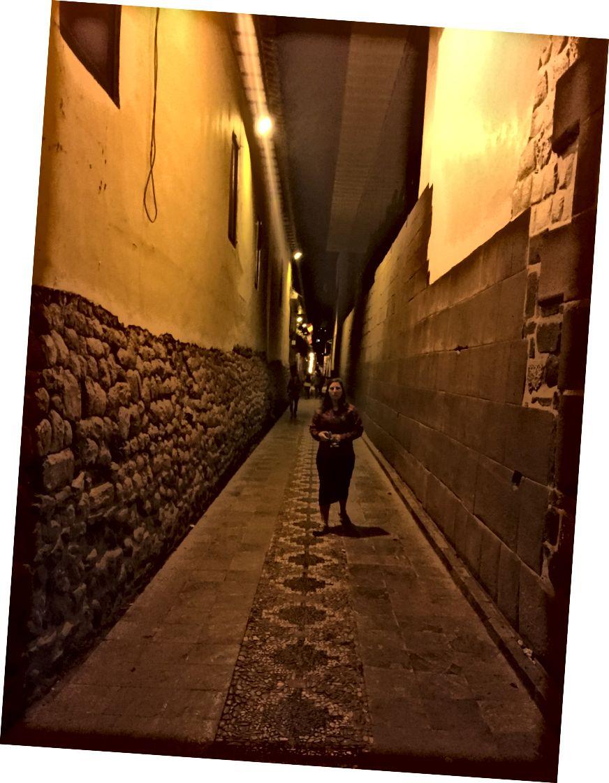 Лево, зид из колонијалне ере. С десне стране бочни зид Корицанцха. Који вам лепше изгледа? Ову фотографију смо снимили касније ноћу, одатле и мрак.