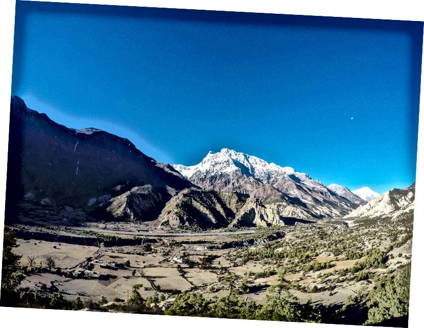 Annapurna III tõuseb Humde (Manangi ringkond) kohal - ka hädaolukorras päästmiseks ja evakueerimiseks on siin saadaval varukoopia.