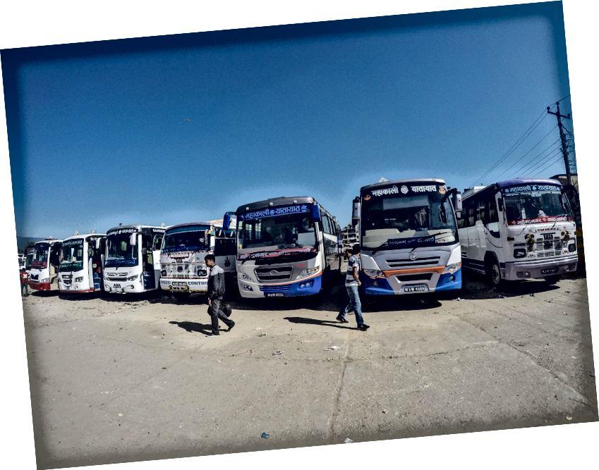 Dapatkan Tiket Murah untuk Kathmadnu di salah satu bus Delux ini setelah perjuangan. Ada sangat sedikit tiket yang tersedia, karena tampaknya semua orang dari kota ini di Nepal kembali ke Kathmandu setelah 10 hari liburan Diwali dihabiskan di rumah.