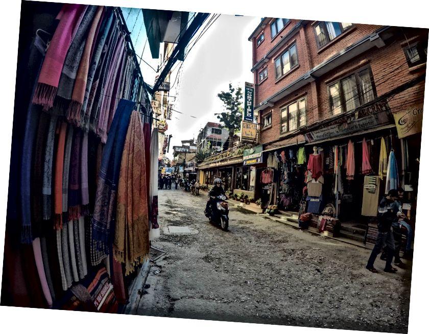 Salah satu jalan di Thamel dengan berbagai toko yang menjual Yak Shawl, peralatan Trekking, dan banyak restoran mahal! Setelah mandi cepat di hotel, saya berjalan-jalan menjelajahi Thamel dan juga menukar uang 50 dolar saya dengan 5200 NPR. Tidak heran orang Amerika memiliki bola di Nepal dengan nilai tukar gila sebesar 1: 105. Orang India hanya menikmati 1: 1.6. Aku berjalan mengelilingi Thamel, menunggu temanku yang akan tiba di sini dari bandara.