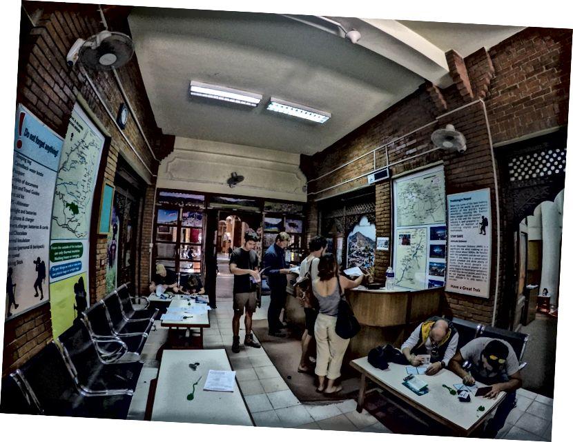 Wypełnianie formularzy w biurze zarządu Nepalu w celu uzyskania pozwoleń. Podczas gdy wiele osób woli jeździć na torze Annapurna za pośrednictwem agencji trekkingowych, które zarządzają pozwoleniami, przewodnikami itp., Zawsze fajniej jest samemu zrobić gówno! - W Nepalu nie ma wycieczkowiczów solo, w lokalnym leksykonie jesteś znany jako niezależny turysta!