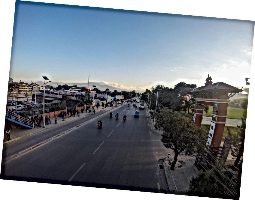 Główna droga miejska w Katmandu - Podczas trzęsienia ziemi w 2015 r., Oglądając Mainstream Media, miałem wrażenie, że Katmandu jest skończony. Jednak tutaj nie było takiego zniszczenia. To, co powiedziała większość mieszkańców, dotyczyło starszego miasta!