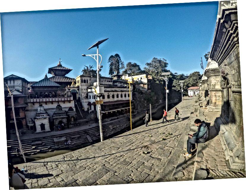 Mieliśmy plany dotarcia do Besisahar następnego dnia, ale Nepal jest dziwnym krajem, Out of Blue to Bandh (Strike) został nazwany przez marginalną grupę komunistyczną i nawet miejscowi nie wiedzieli dlaczego? ale zabawne było to, że wymeldowaliśmy się z hotelu i czekaliśmy na dworcu autobusowym absolutnie bez transportu. Nie mieliśmy pojęcia, co robić? Zamiast tego postanowiliśmy odwiedzić świątynię Pasupatinath w Katmandu i spotkać jednego z wujków Srirama (mojego przyjaciela), który zabrał nas na lunch. Przerażające jest obserwowanie stanu rzeki Bagmati, która płynie za Pasupatinath. chociaż świątynia i jej kompleks były piękne. Ta sztuczna budowla została odbudowana w XV wieku przez Lichhaviego Króla po tym, jak wcześniejszy budynek został pochłonięty przez termity :) Istnieją różne legendy otaczające bóstwo (Śiwa), które jest czczone w sanctum-santorum tego kompleksu świątynnego.