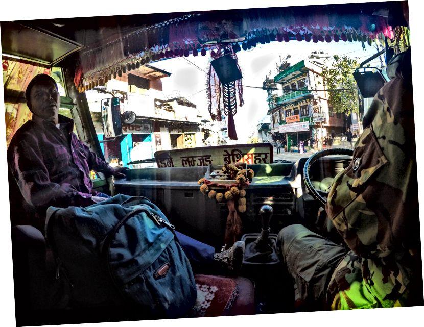 Bandh Nepal dibatalkan pada malam hari, pos yang kami lompat ke bus terikat Pokhara pukul 8 malam yang menurunkan kami di Dumre sekitar jam 4 pagi. Setelah menunggu beberapa jam, kami mendapat bus menuju Besisahar (kabupaten Lamjung) dari mana seseorang memulai perjalanan Annapurna secara resmi. Kami akhirnya tiba di sana sekitar jam 9 pagi dan setelah sarapan cepat dan menyegarkan diri, kami mulai mendaki ACT (Annapurna Circuit Trek)