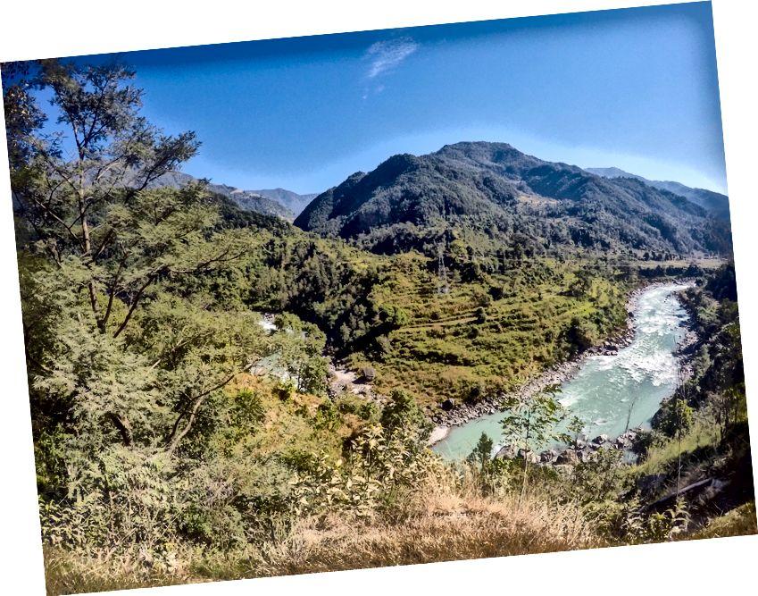 Air berwarna turquoise dari sungai Marsyangdi yang berasal dekat Khangsar Kang (sebelah barat Annapurna Massif) akhirnya mengalir ke sungai Trishuli di Mugling di Nepal Bawah.