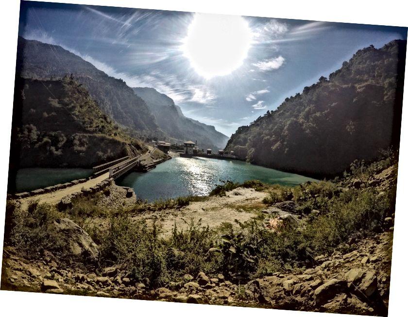 Marsyangdi jõgi muutub selle tammi juures tehisjärveks, mida haldab Hiina ettevõte (Bahundanda lähedal)