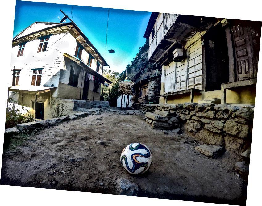 Desa sederhana namun damai di Annapurna Circuit Trek. Sepak bola adalah olahraga favorit bagi penduduk Gunung ini ..