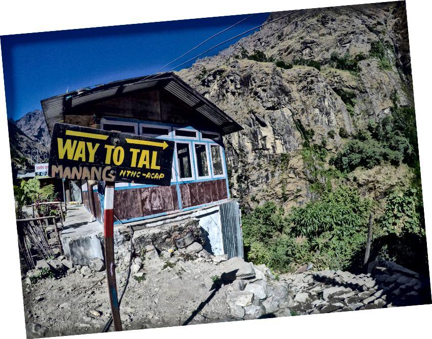 Hal yang baik tentang hiking di Annapurna adalah tersedianya rambu-rambu Trail di persimpangan utama yang memastikan para pejalan kaki tidak tersesat dan karenanya mempromosikan trekker independen!