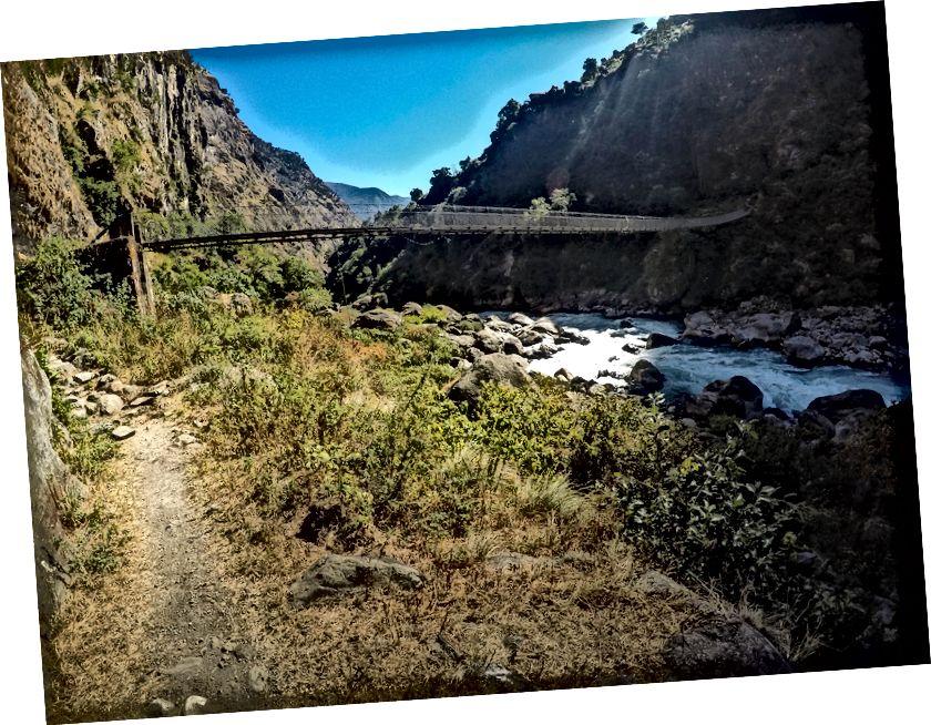 Jejak mengarah ke jembatan lain yang ditangguhkan untuk menyeberang ke sisi lain. Di suatu tempat di antara Chyamche dan Tal. Ketinggian Bawah di ACT sebagian besar jalan melewati desa dan hutan sesekali .. Hanya setelah Anda menyeberang Pisang adalah ketika Anda melanggar TreeLine dan sebagian besar di gurun gunung dingin Manag dan Mustang