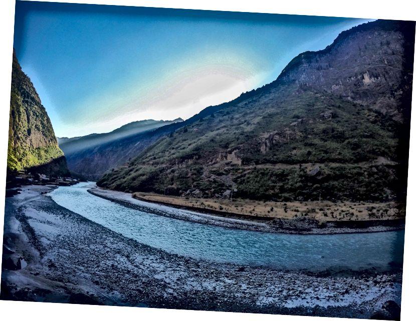 Sungai Marsyangdi yang indah dengan Tal terlihat jauh di sebelah kiri