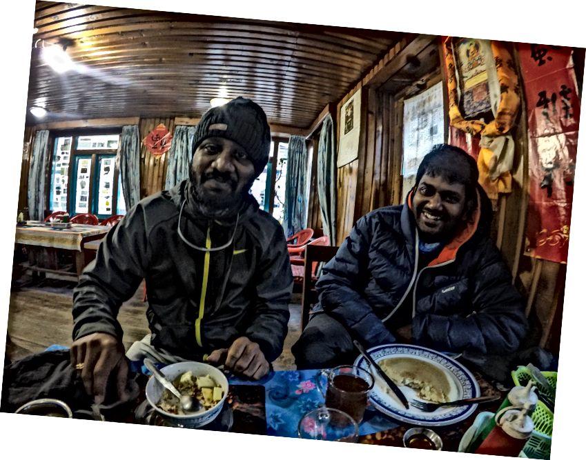 Akhirnya bertemu dua Orang India dan mereka dari Hyderabad juga :) | Hal gila tentang hiking di Nepal hanya menemukan Turis Putih dari Barat ... Saya menemukan banyak dari mereka rasis dan sulit untuk menemukan siapa pun untuk diajak bicara ... Menemukan orang dari tanah Anda, yang berbicara bahasa Anda selalu merupakan hal yang baik!
