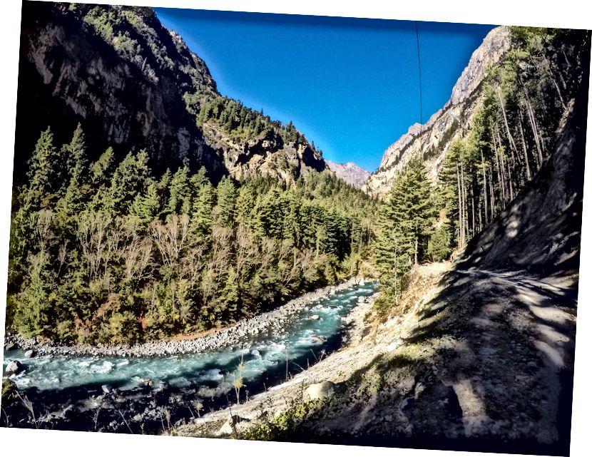 Jalan Cantik dan Sungai Marsyandgi yang ajaib di depan Bhratang