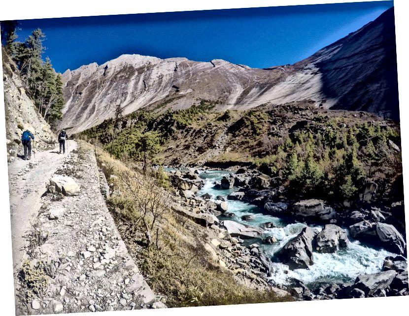 Berjalan menuju Pisang Atas di tengah wajah batu yang melengkung & dipoles secara alami ..