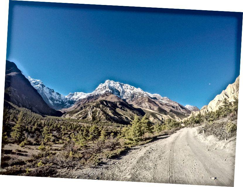 Annapurna III i otaczające ją grzbiety tworzące wewnętrzną granicę Sanktuarium Annapurna