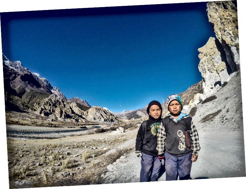 Cute Himalayan Kids mampir untuk berfoto dalam perjalanan ke sekolah (Manang)