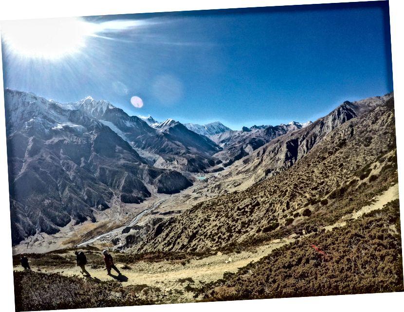 Kicho Tal atau Danau Es adalah pendakian yang berat tapi luar biasa dari Braga (dekat Manang). Terletak pada ketinggian 4600m dan lebih dari 1000m pendakian di atas Manang, ini merupakan aklimatisasi dan latihan mendaki yang baik bagi mereka yang ingin mendaki ke danau Tilicho atau bahkan mencoba Thorong La Pass (5416m). Dalam perjalanan ke puncak, Anda bisa melihat Annapurna III, Gangapurna, Tilicho, dan Khangsar Kang Peaks. Jauh, Anda juga bisa melihat Danau Gangapurna yang terbentuk oleh keluarnya aliran es dari gunung Gangapurna.