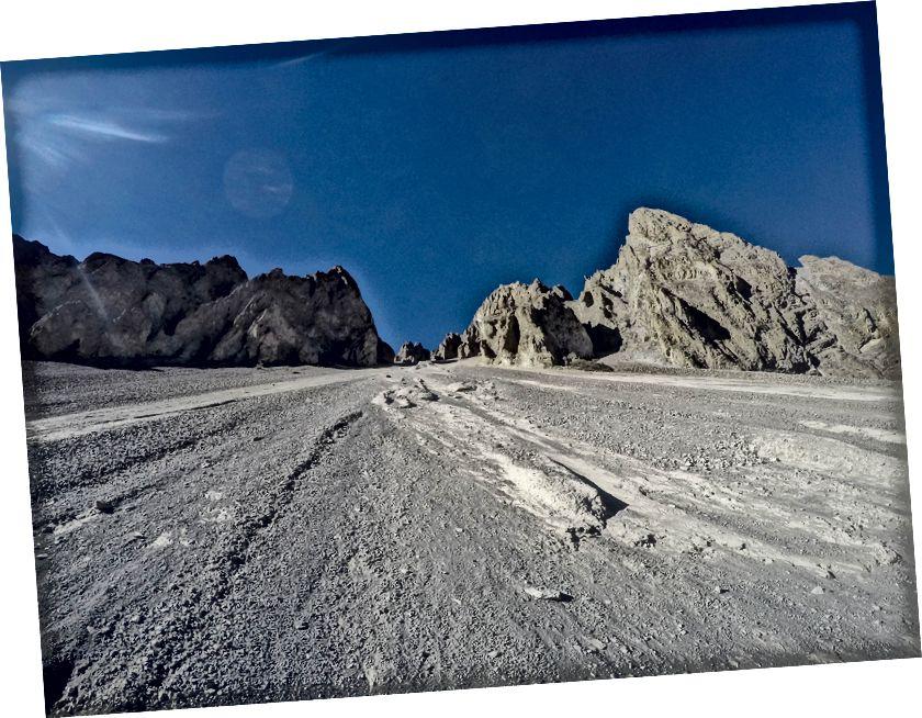 Daerah Overhang Batu dan Tanah Longsor mengelilingi base camp Tilicho